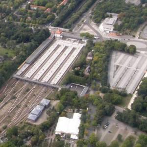 """S-Bahnhof Olympiastadion, am linken Bildrand der """"Regelbahnsteig"""" von und nach Spandau (2008) S-Bahnhof Olympiastadion, Olympiastadion, Sausuhlensee, U-Bahn-Museum"""