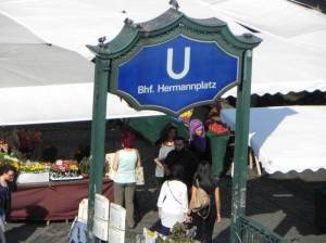 U-Bahnhof Hermannplatz (2011) U-Bahnhof Hermannplatz, Karstadt, Karl-Marx-Straße, Volkspark Hasenheide