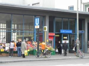 U-Bahnhof Turmstraße, Eingang Alt-Moabit (2010) U-Bahnhof Turmstraße, Berlin-Moabit, Kleiner Tiergarten, Einkaufsstraße, Kriminalgericht, Bürgeramt Mitte