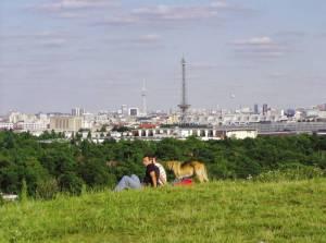 Blick vom Aussichtsplateau über die Hauptstadt (2007) Teufelsberg, Berlin-Grunewald, Aussichtsplateau, Kletterfelsen, ehemalige Abhöranlage