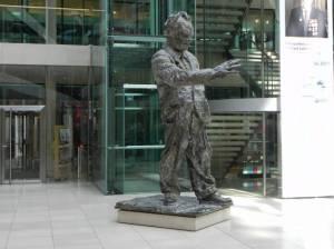 Willy-Brandt-Haus,, Skulptur von Rainer Fetting (2011) Willy-Brandt-Haus, Berlin-Kreuzberg, Parteizentrale mit Wechselausstellungen für die Öffentlichkeit