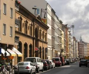 Ackerstraße, im Vordergrund die Ackerhalle (2008) Ackerstraße, Berlin-Mitte, Gedenkstätte Berliner Mauer, Sophienfriedhof, Markthalle
