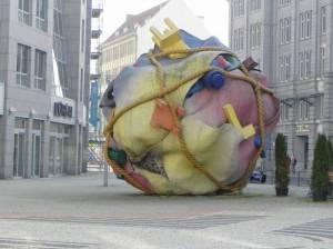 Bethlehemkirchplatz, Skulptur Houseball von Claes Oldenburg  (2011) Bethlehemkirchplatz, Berlin Mitte, Checkpoint Charlie, Museum für Kommunikation