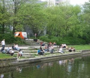 Einsteinufer, Studenten bei der Mittagspause (2008) Einsteinufer, Berlin-Charlottenburg, Landwehrkanal