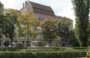 Invalidenstraße, Geldzählerbrunnen am Pappelplatz (2009) Invalidenstraße, Berlin-Mitte, Hauptbahnhof, Geschichtspark, Hamburger Bahnhof, Sozialgericht, Museum für Naturkunde