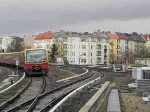 Naumannstraße und Ringbahn (2012) Naumannstraße, Berlin-Schöneberg, Zwölf-Apostel-Kirchhof, Hertha-Block-Promenade