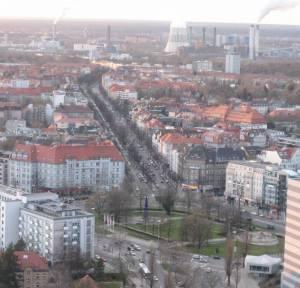 Blick vom Funkturm in die Reichsstraße, im Vordergrund der Theodor-Heuss-Platz.  (2008) Reichsstraße, Berlin-Westend, Einkaufsstraße ohne hässliche Centerstruktur