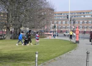 Touristen vor dem Schloss Bellevue (2011) Spreeweg, Berlin-Tiergarten, Schloss Bellevue