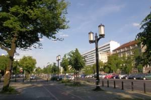 Straße des 17. Juni mit Technischer Universität  und OWA-Kandelaber (2010) Straße des 17. Juni, Berlin-Charlottenburg, Technische Universität, Kunstmarkt