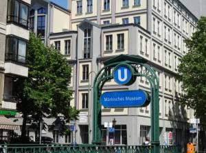Wallstraße, U-Bahn-Station Märkisches Museum (2017) Wallstraße, Berlin-Mitte, Märkisches Museum, Historischer Hafen, Bärenzwinger, Spree, Jugendzentrum Oase, Musikschule Fanny Hensel, Evangelische Schule