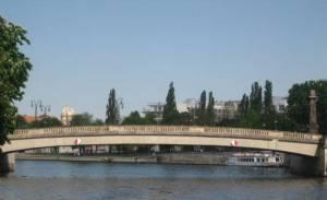 Friedrichsbrücke, im Hintergrund die Neue Synagoge (2008) Friedrichsbrücke, Berlin-Mitte, Museumsinsel, Spree, Dom Aquaree