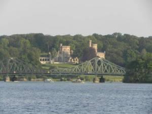 Jungfernsee, Glienicker Brücke und Schloss Babelsberg (2011) Jungfernsee, Potsdam und Berlin, Neuer Garten, Schlosspark Sacrow, Glienicker Brücke, Havel, Sacrow-Paretzer Kanal, UNESCO-Weltkulturerbe