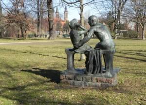 Grenzsoldat mit Kind, Bleichröderpark (2014) Bleichröderpark, Berlin-Pankow, Grenzsoldat mit Kind, Rathaus Pankow, Pankow-Kirche, Rathaus-Center