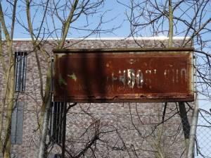 Haltestellenschild am ehemaligen S-Bahnhof Zehlendorf-Süd (2017) S-Bahnhof Zehlendorf-Süd, Berlin-Zehlendorf, Ehemalige Stammbahn, außer Betrieb