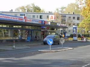 Ludwigsfelder Straße, kleines Einkaufszentrum (2014) Ludwigsfelder Straße, Berlin-Zehlendorf, Buschrabengrundschule, Rumänisch-Orthodoxe Kirche, Buschgraben