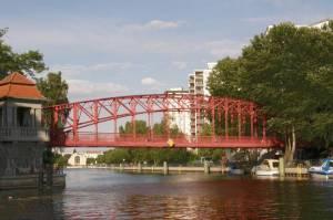 Sechserbrücke miit Tegeler Hafen und Humboldtbibliothek (2010) Sechserbrücke, Tegeler Hafenbrücke