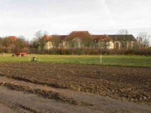 Freilandmuseum Domäne Dahlem, im HIntergrund das Geheime Staatsarchiv (2013) Freilandmuseum Domäne Dahlem, Freilandmuseum für Agrar- und Ernährungskultur mit ökologischem Schwerpunkt