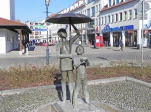Am Markt, Skulptur Kinder unter dem Regenschirm (2015) Am Markt, Fürstenwalde, Altes Rathaus, Wochenmarkt, Brauereimuseum