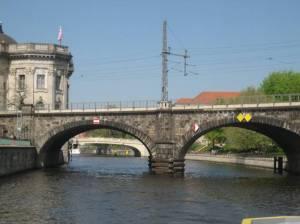 Eisenbahnbrücke am Monbijoupark (2011) Eisenbahnbrücke, Berlin-Mitte, Spree