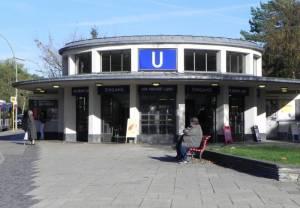 Alfred-Grenander-Platz und U-Bahnhof Krumme Lanke (2013) Alfred-Grenander-Platz, Berlin-Zehlendorf, U-Bahnhof Krumme Lanke, Fischerhüttenstraße, Haus am Waldsee
