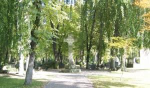Domfriedhof II, Hauptallee mit Grabkreuz (2011) Domkirchhof II, Berlin-Wedding,