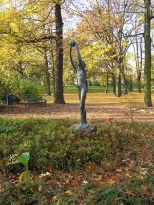 Stadtpark Lichtenberg (2010) Mädchen mit Ball, Stadtpark Lichtenberg