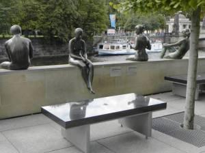 (2010) Drei Mädchen und ein Knabe, Berlin-Mitte am Spreeufer