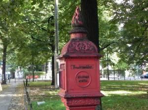 Mit Brunnenstele (2010) Feuermelder Fasanenplatz, Wilmersdorf
