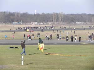 Tempelhofer Feld, Steigende Drachen (2011) Tempelhofer Feld, Ehemaliger Zentralflughafen