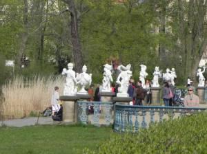 Menschen und Putten (2011) Terrasse am Karpfenteich, Schlosspark Charlottenburg