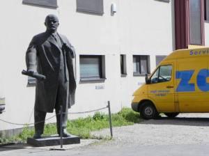 Ehemals Zapf-Umzüge in Kreuzberg, Büroeingang mit Lenin (2011) Zapf-Umzüge, Berlin-Neukölln,