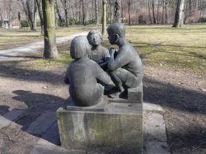 Drei sitzende Kinder 2011 Drei sitzende Kinder, Schloss Niederschönhausen, Schlosspark