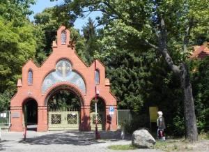 Friedhof Zum Heiligen Kreuz, Eingangsportal (2011) Friedhof Zum Heiligen Kreuz, Berlin-Mariendorf
