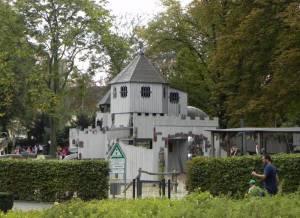 Von-der-Schulenburg-Park, Spielplatz (2012) Von-der-Schulenburg-Park, Berlin-Neukölln, Märc henbrunnen, Liegewiese