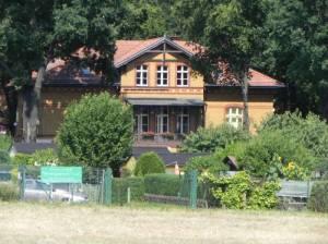 Kleingartenanlage Wuhlgarten, im Hintergrund der Landhausring (2013) KGA Wuhlgarten, Berlin-Biesdorf,