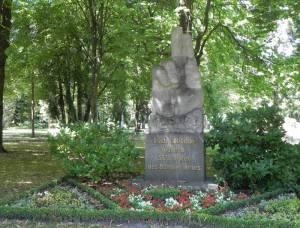 Schwurhand von Ersin Kobbert (2013) Schwurhand, Berlin-Marzahn, Parkfriedhof Marzahn