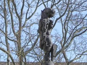 Rolf Szymanski, Zwei Figuren in Großer Höhe (2015) Zwei Figuren in Großer Höhe, Skulpturengarten im Auguste-Viktoria-Krankenhaus