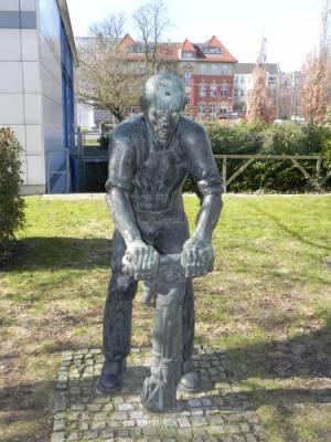 Biederbick, Arbeiter mit Presslufthammer (2015) Arbeiter mit Presslufthammer, Berlin-Schöneberg, Skulpturengarten im Auguste-Viktoria-Krankenhaus