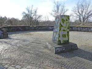 Denkmal zum 17. Juni 1953 in der Johann-Baptist-Gradl-Grünanlage (2015) 17. Juni 1953, Berlin-Lichterfelde, Johann-Baptist-Gradl-Grünanlage