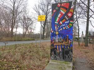 Mauersegment an der Osdorfer Straße (2012) Mauersegment, Heinersdorf, Parks Range, Osdorfer Wäldchen, Johann-Baptist-Gradl-Grünanlage