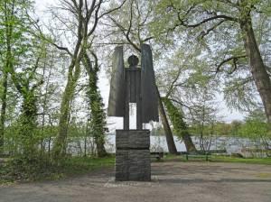 Denkmal für Hannah Höch (2016) Hannah Höch, Berlin-Tegel, Großer Malchsee, Tegeler See