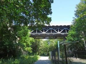 S-Bahn-Brücke an der Sensburger Allee (2016) S-Bahnbrücke an der Sensburger Allee, Teich an der Sensburger Allee, Georg-Kolbe-Hain, Friedhof Heerstraße