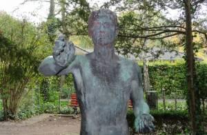 Nackter Mann im Gemeindepark Lankwitz (2015) Nackter Mann, Berlin-Lankwitz, Gemeindepark Lankwitz