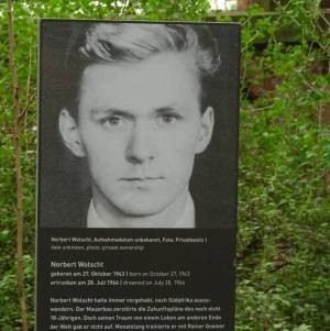 Gedenkstele für Norbert Wolscht (2017) Norbert Wolscht, Klein Glienicke, Parkbrücke, Glienicker Lake, Park Babelsberg