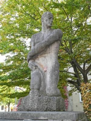Arbeit von Josef Thorak 2018 Arbeit, Berlin-Westend, Figur aus Muschelkalkstein von Josef Thorak