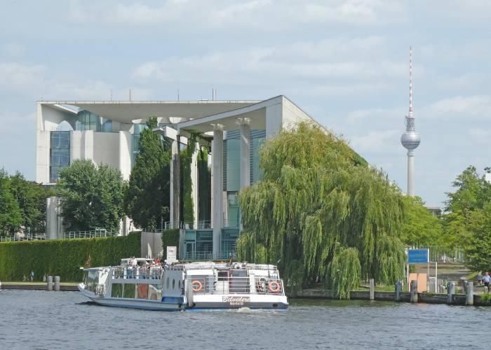 bundeskanzleramt berlin tiergarten spree capital beach. Black Bedroom Furniture Sets. Home Design Ideas